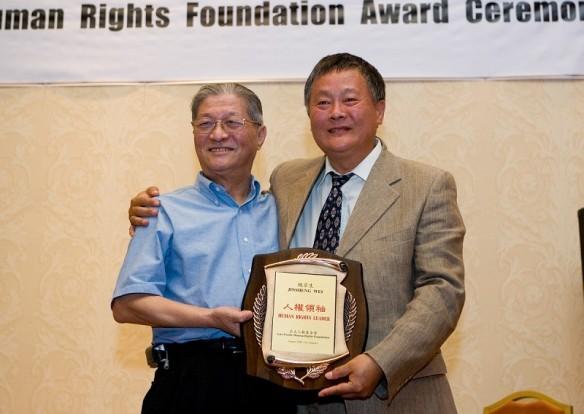 2008年8月2日,陈一谘为魏京生先生颁发亚太人权基金会奖项。